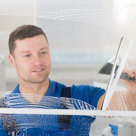 Fensterputzer Ansbach bei der täglichen Glasreinigung.
